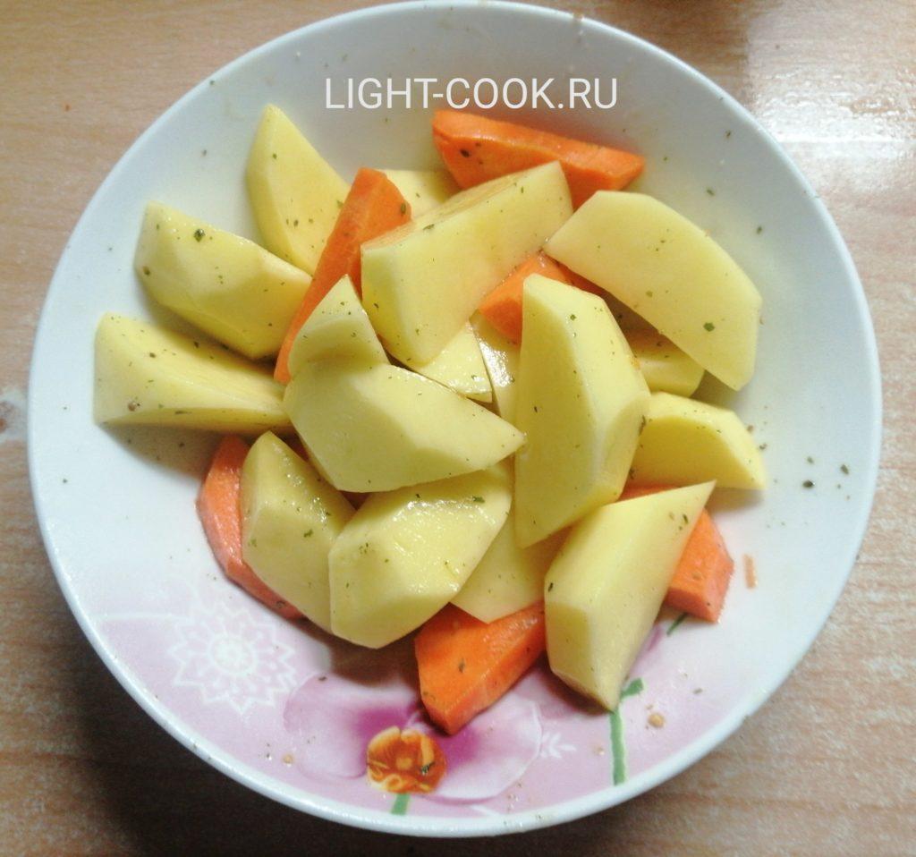 нарезаем картошку и морковь